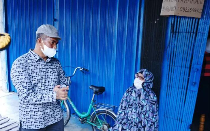 Meski Sudah Lansia Nenek Halimah Tetap Disiplin Pakai Masker